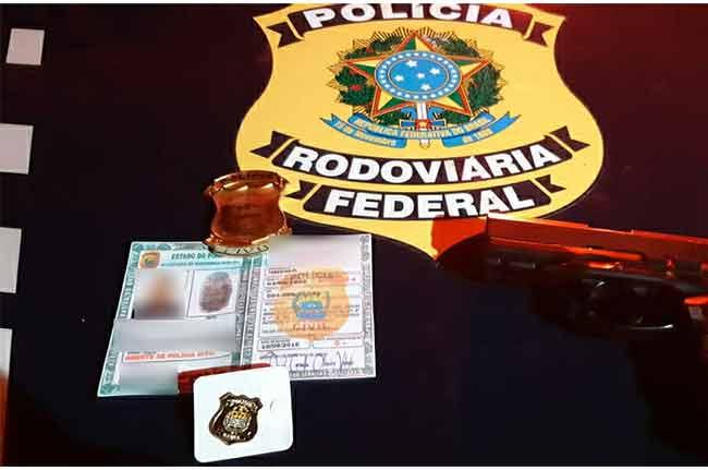 Falso policial portava arma e documentos adulterados. Foto: PRF