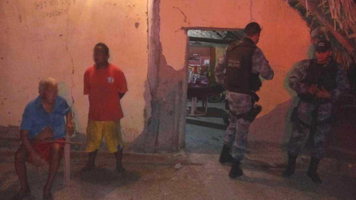 Pai e irmão da vítima durante a chegada da polícia. Foto: Arimathea Ferrreira/Reprodução