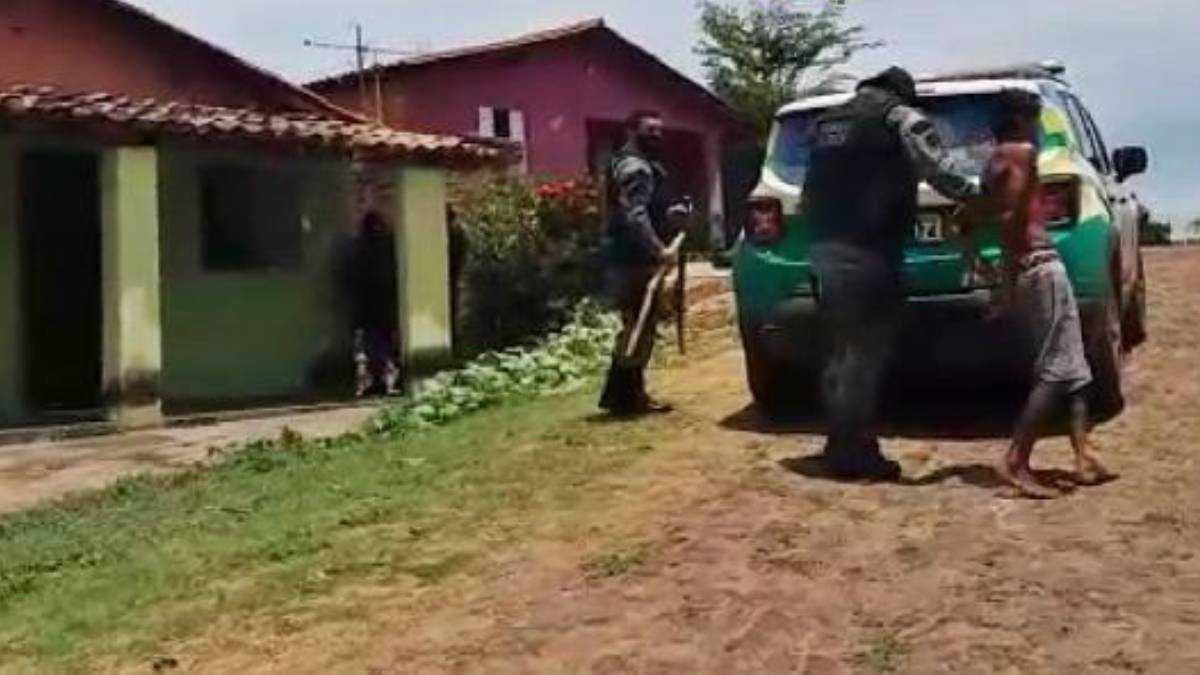 Policiais conduzem o acusado à delegacia. Foto: Piripiri Repórter
